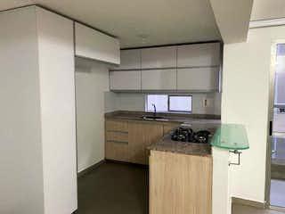 Una cocina con un fregadero y una estufa en ella en Se Vende Apartamento en La loma de los Bernal