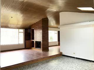 Una cocina que tiene una ventana en ella en Casa En Venta En Bogota Niza