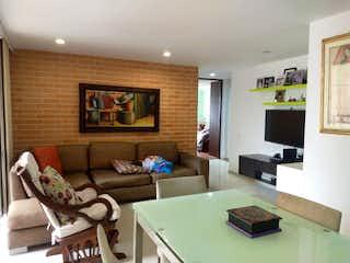 Una sala de estar llena de muebles y una televisión de pantalla plana en APARTAMENTO EN VENTA LAS PALMAS MEDELLIN