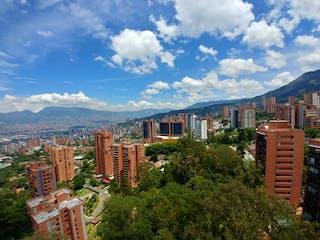 Una vista de una ciudad con un edificio en el fondo en APARTAMENTO EN VENTA PARTE ALTA DEL POBLADO