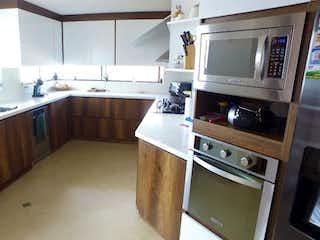 Una cocina con una estufa de fregadero y microondas en APARTAMENTO EN VENTA LAS PALMAS EL POBLADO