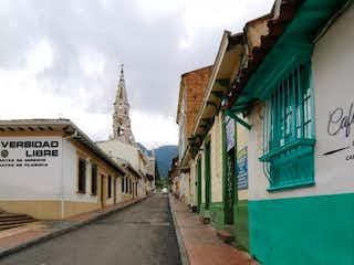 Una calle con un edificio y una señal de calle en VENTA DE CASA LA CANDELARIA (LA CANDELARIA)