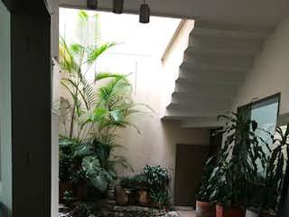 Un cuarto de baño con una planta en maceta en Casa en venta en Los Almendros, de 257,83mtrs2