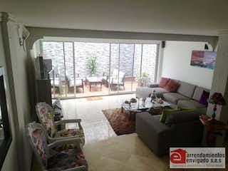 Una sala de estar llena de muebles y una gran ventana en ROCIO DE LA MAÑANA