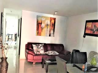 Una sala de estar llena de muebles y una televisión de pantalla plana en Venta Casa primer piso Las Flores Envigado Antioquia