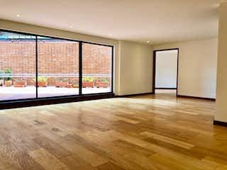 Una habitación con suelos de madera y una gran ventana en Apartamento en venta en El Nogal, de 265mtrs2