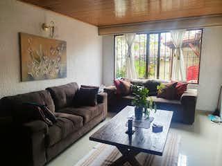 Una sala de estar llena de muebles y una gran ventana en Casa En Venta En Bogota Villa Del Prado