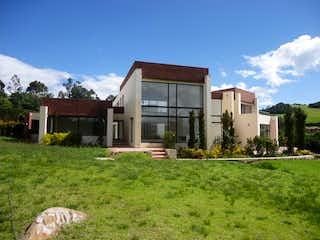 Una casa que está sentada en la hierba en SE VENDE CASA LA CALERA VEREDA SAN JOSE