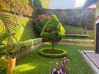 Un ramo de flores púrpuras en un jardín en Casa en Venta MARINILLA