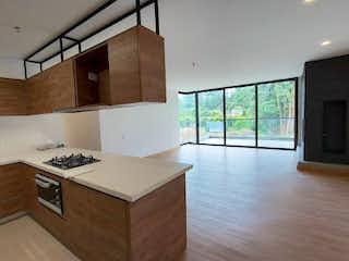Una cocina con suelos de madera y una gran ventana en Apartamento en Venta LLANO GRANDE