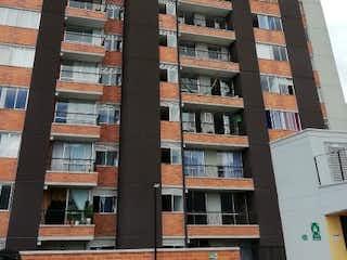 Un edificio alto con muchas ventanas en Apartamento en Venta SANTA ANA