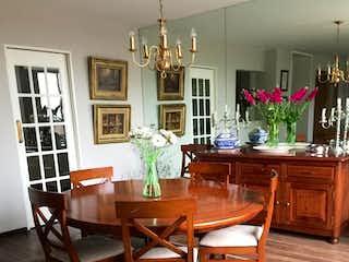 Una sala de estar llena de muebles y una mesa en Preciosa casa calle cerrada en Lomas de Santa Fe ( El San Angel de poniente)