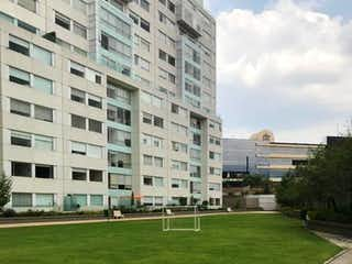 Una calle de la ciudad con un gran edificio en el fondo en VENTA PENTHOUSE SCALA SANTA FE