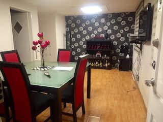 Una habitación con una mesa y una mesa en VENTA DEPARTAMENTO