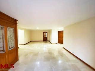 Una gran cama blanca en una habitación blanca en Faro de San Sebastian
