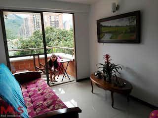 Una sala de estar llena de muebles y una gran ventana en La Vega