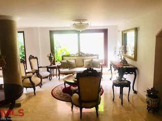 Una sala de estar llena de muebles y una ventana en Jardin De Sauzalito