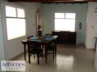 Una habitación con una mesa y sillas en