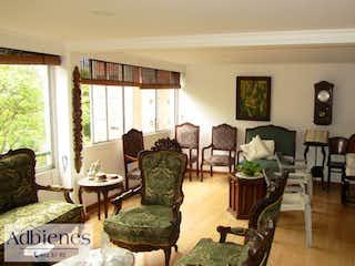 Una sala de estar llena de muebles y una ventana en VILLA FONTANA