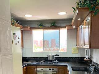 Una cocina con una estufa de fregadero y horno en Se Vende Apartamento en el Estadio ,Medellin