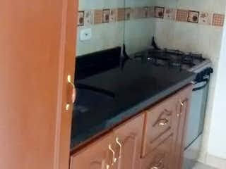 Una cocina con un fregadero y una estufa en Apartamento en venta en Lago Timiza, de 58mtrs2