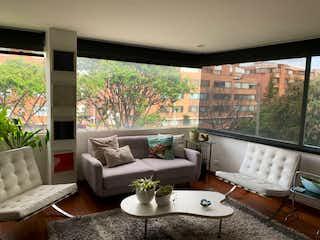Una sala de estar llena de muebles y una gran ventana en C005 APARTAMENTO EXTERIOR LINDA VISTA