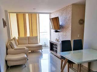 Una sala de estar llena de muebles y una televisión de pantalla plana en Apartamento en venta en Restrepo Naranjo, de 70mtrs2