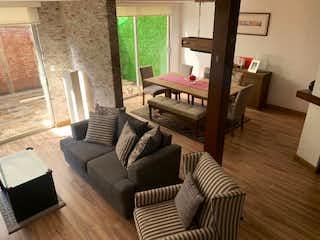 Una sala de estar llena de muebles y una televisión de pantalla plana en Casa en venta en San Jerónimo