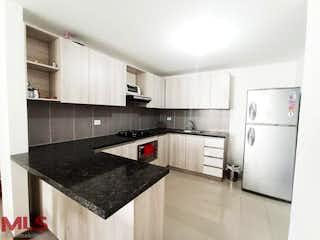 Una cocina en blanco y negro con electrodomésticos de acero inoxidable en Zurich