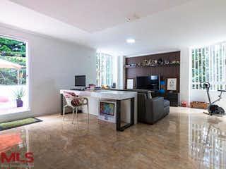 Una sala de estar llena de muebles y una mesa en Oro Pezca