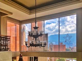 Una sala de estar llena de muebles y una ventana en PENTHOUSE FOR SALE / LAURELES MEDELLIN