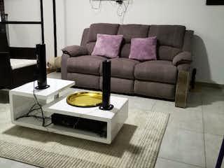 Una sala de estar con un sofá y una mesa de café en Apartamento en venta en Rosales, de 85mtrs2