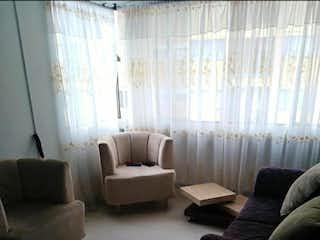 Una sala de estar llena de muebles y una ventana en Apartamento en venta en Alcalá, de 62mts2