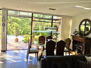 Una sala de estar llena de muebles y una ventana en Casa en venta en Casco Urbano El Retiro de 327mts