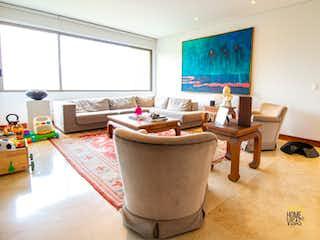 Una sala de estar llena de muebles y una televisión de pantalla plana en Apartamento en venta en Palmas de cuatro habitaciones