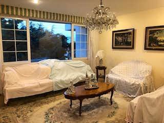 Un dormitorio con una cama y una lámpara de araña en JULIAN ADAME, CASA EN CONDOMINIO EN VENTA
