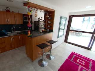 Una sala de estar llena de muebles y una ventana en Casa 3 Pisos Cerca Aeropuerto Rionegro MDE