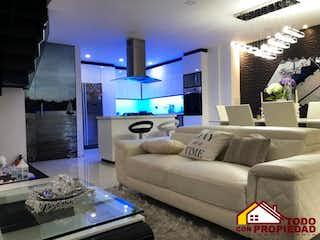 Una sala de estar llena de muebles y una gran ventana en Azur