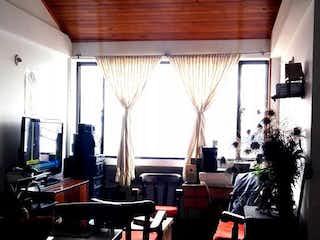Una habitación llena de muchos muebles y una ventana en Apartamento en venta en Casco Urbano Cota, 40m²