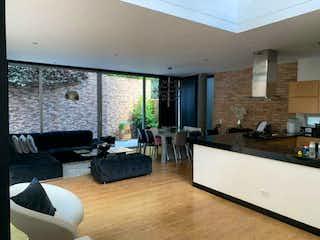 Una sala de estar llena de muebles y una televisión de pantalla plana en Casa en venta en El Campestre de 287mts