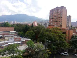 Una vista de una ciudad con edificios altos en el fondo en SE VENDE MUY BUEN APTO POR LA PLACITA FLORES AMPLIO Y REMODELADO 5P/SA