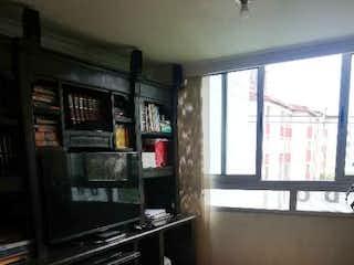 Una vista de una cocina con un gran ventanal en SE VENDE APTO EN CALASANZ MUY AMPLIO 4 PISO Sin/AS