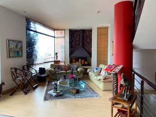 Una sala de estar llena de muebles y una televisión de pantalla plana en Casa En Venta En Bogota Rosales