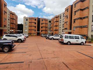 Un par de coches estacionados delante de un edificio en Apartamento En Venta En Bogota Unicentro