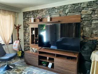 Una sala de estar llena de muebles y una televisión de pantalla plana en VENTA CASA ENVIGAD0 EN EL TRIANON