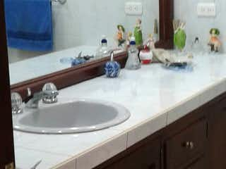 Un cuarto de baño con lavabo y un espejo en Casa Campestre En Venta En Cota Cota