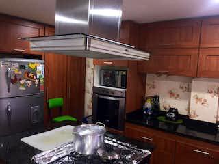 Una cocina con una estufa y un refrigerador en Casa Condominio En Venta En Cota Cota