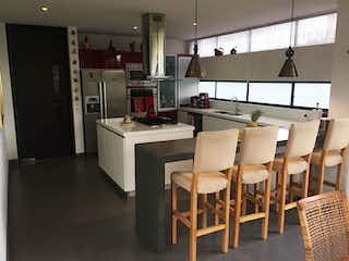 Una cocina llena de sillas de madera en Casa Condominio En Venta En Cota Villa Still House