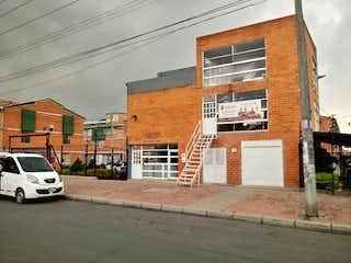 Un edificio de ladrillo con un gran edificio en el fondo en Casa en venta - Bosa Porvenir