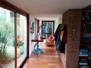 Una sala de estar llena de muebles y un suelo de madera en Casa en venta en El Porvenir de 400m²